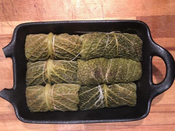 Placez les rouleaux dans un plat à four, couvrez bouillon de légumes laissez cuire pendant 45 min en arrosant régulièrement les feuilles de chou avec le bouillon. S'ils séssèchent trop pendant la cuisson, couvrez le plat avec de l'aluminium.