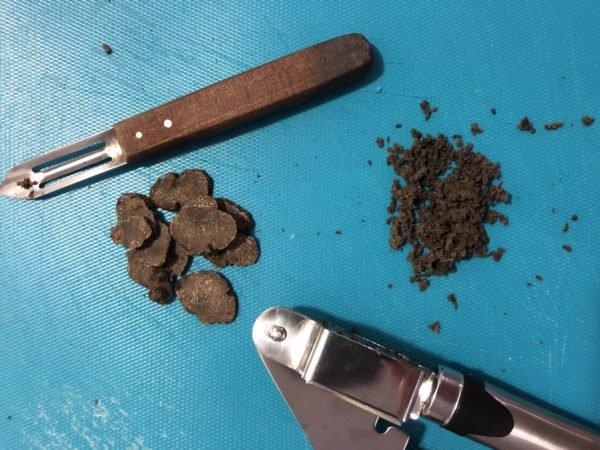 Emincez finement l'échalote.  Hachez la truffe (au presse ail, cela marche très bien).