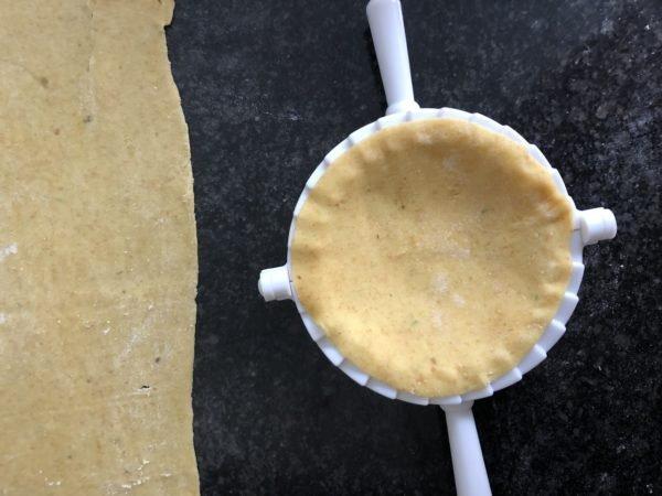 Découpez de grands disques (10 ou 12 cm de diamètre) de pâte.