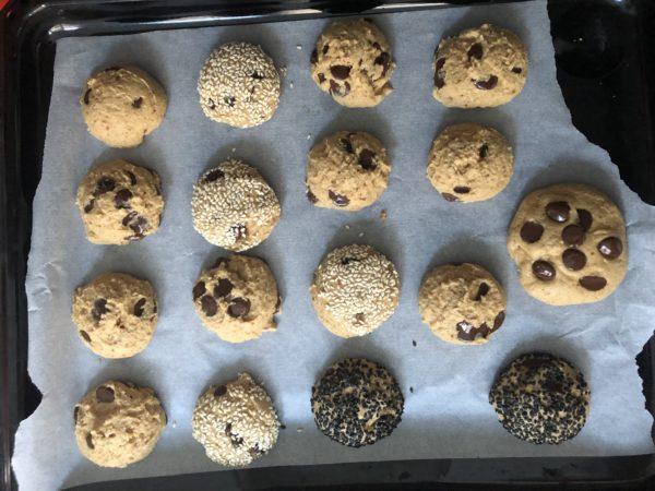 Enfournez pour 8 min. Sortez les cookies du four et laissez les refroidir sur la plaque. Si vous formez des cookies plus gros, prolongez le temps de cuisson de 2-3 min environ.