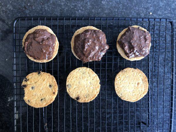 Déposez cette sur la moitié des biscuits.