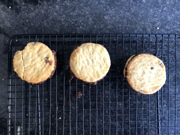 Déposez un biscuit par dessus pour former des sandwichs. Laissez figer 20 min au réfrigérateur.