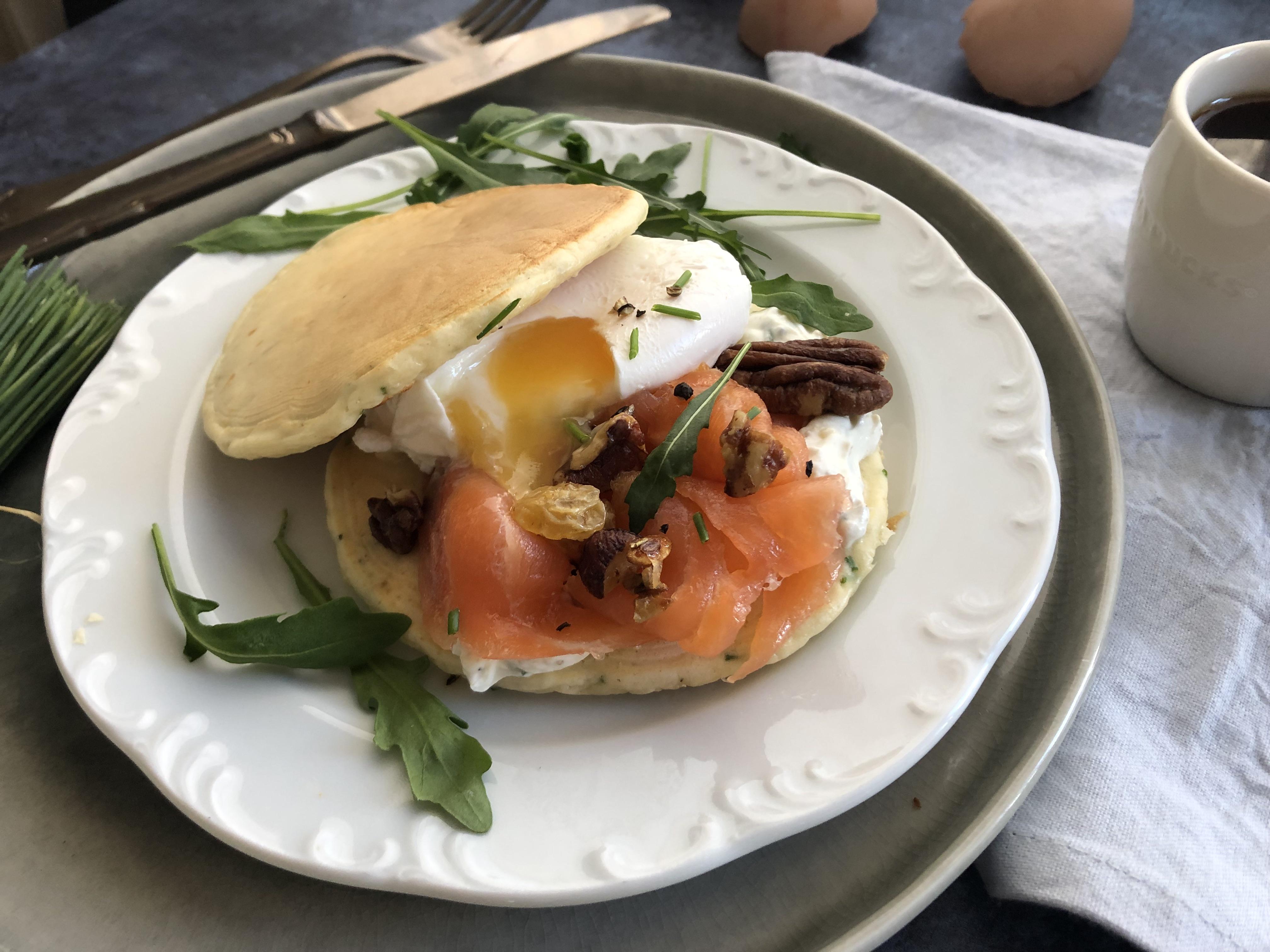 Pancakes salées à la ciboulette, saumon fumé et oeuf poché