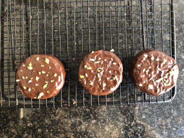 Plongez les biscuits dans le chocolat pour les recouvrir intégralement. Sortez les avec une fourchette puis tapotez les sur le bord du bord pour retirez l'excédent de chocolat. J'en profite pour souffler sur le dessus pour éliminer l'excés et aussi faire un motif de vaguelette que j'aime bien. Si vous souhaitez éviter l'apparition de traces blanches au moment de la cristallisation du chocolat, je vous suggère de le tempérer.