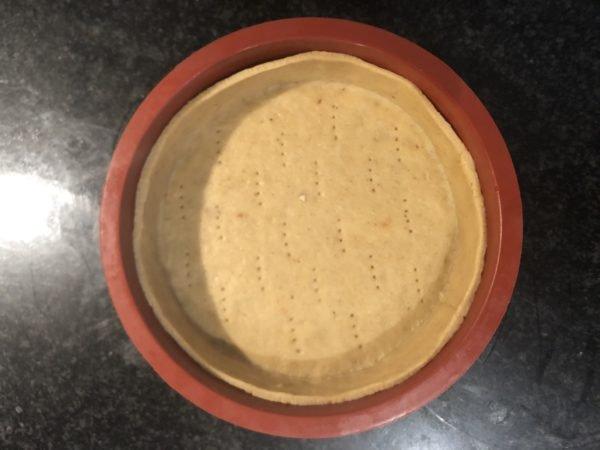 Abaissez la pâte de manière à foncer un moule à tarte de 20 cm de diamètre.