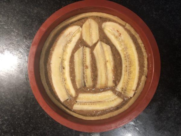 Pelez les bananes, coupez les en deux dans le sens de la longueur et diposez les sur le dessus de la crème de pécan en les enfonçant légèrement.