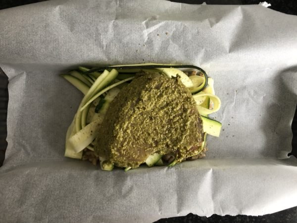 Tartinez les deux steaks de thon de pesto, puis déposez les dans les papillotes.