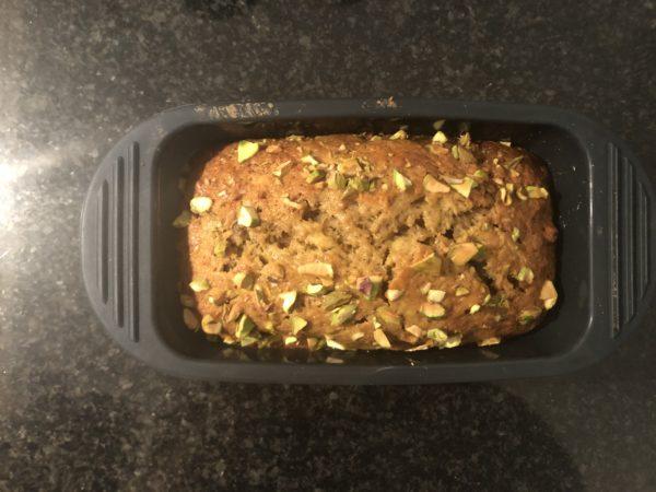 Enfournez pour 45 à 50 min. Le gâteau doit avoir bien gonflé et pris une belle teinte dorée-brune.