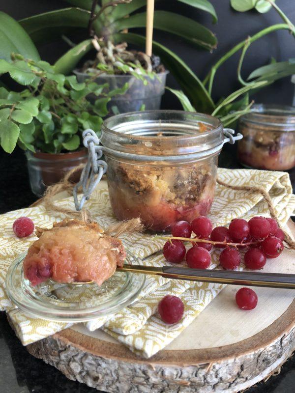 Crumble pomme-groseille au sarrasin, sésame et sirop d'érable