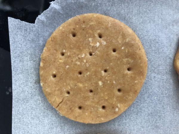 Découpez des cercles à l'emporte-pièce (6,5cm c'est pas mal) et déposez vos ronds de pâte sur une feuille de papier sulfurisé. Piquez les biscuits à l'aide d'une fourchette ou d'un cure dent pour qu'ils gonflent de manière homogène.