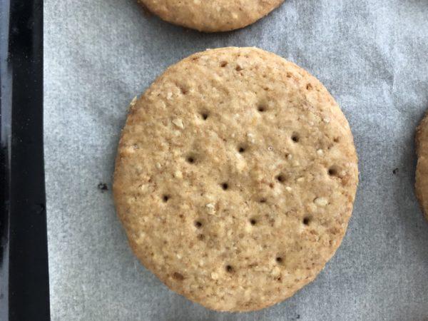 Enfournez 10 à 12min, le temps que les biscuits soient bien dorés des 2 côtés (sinon, ils ne seront pas croustillants). Puis laissez les refroidir.