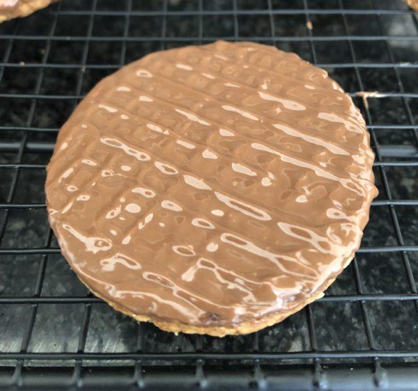 Trempez 1 face de chaque de biscuit dans le chocolat au caramel. Laissez le durcir un peu et réalisez des stries avec les dents d'une fourchette en faisant un quadrillage.