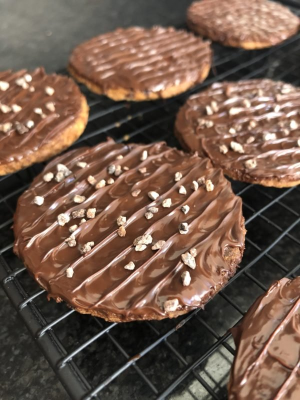 Saupoudrez avec des nibs de chocolat.