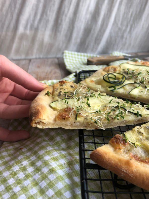 Pizza courgette, oignon, mozza & gorgonzola