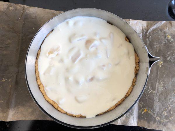 Versez l'appareil au fromage & aux poires sur la pâte.