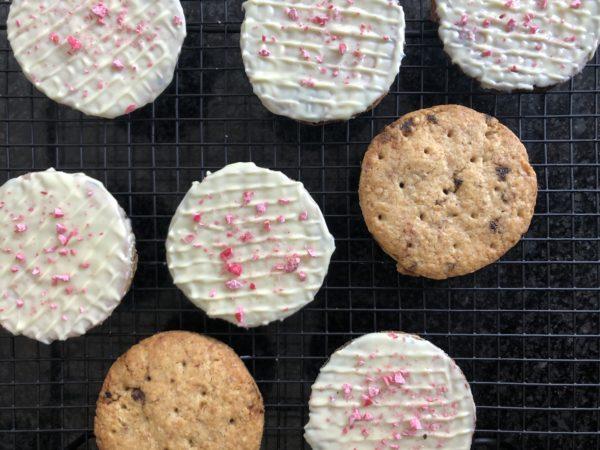 Trempez 1 face de chaque de biscuit dans le chocolat blanc. Laissez le durcir un peu et réalisez des stries avec les dents d'une fourchette en faisant un quadrillage.