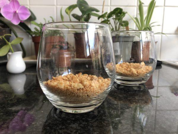 Broyez grossièrement les biscuits à la noix de coco et déposez les dans le fond des verrines.