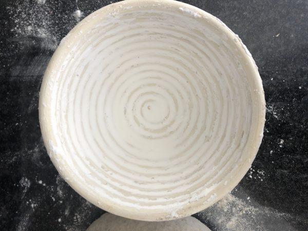 Renversez la pâte dans un banneton généreusement recouvert de maïzena.