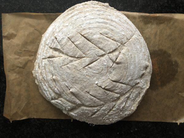 Incisez la surface du pain avec une lame de rasoir ou de cutter.
