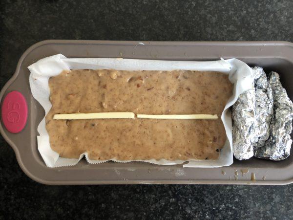 Versez dans un moule à cake de 18 cm et enfourner pour 45 min.