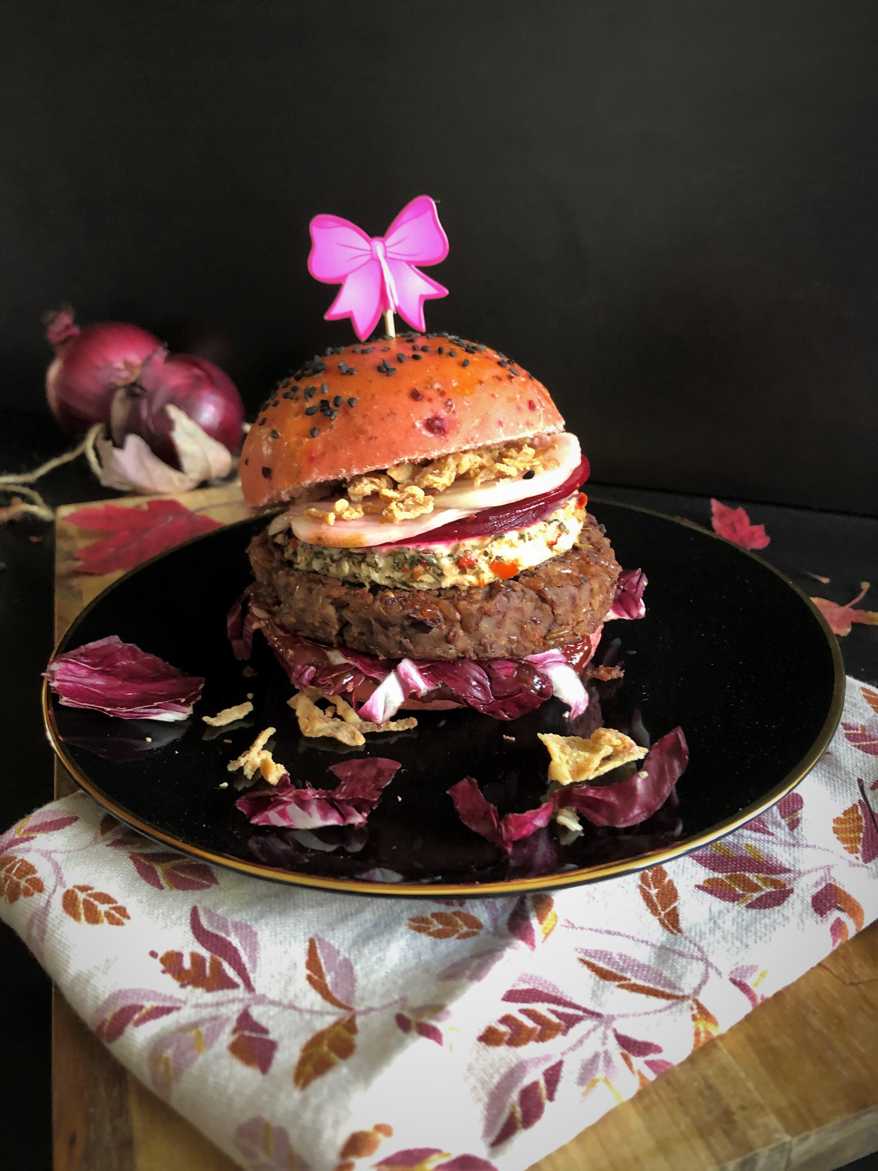 Burger rose : steak végétal azuki & riz, chèvre et betterave