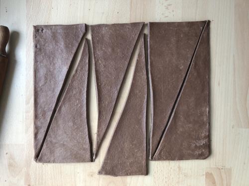 Divisez ce rectangle en 3 bandes de 10 cm de large. Puis coupez en diagonale.