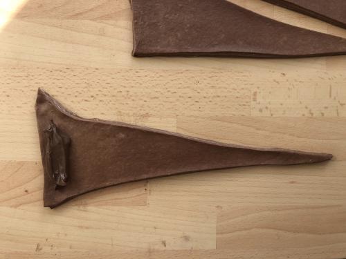 Prenez un triangle, étirez sa base et sa pointe légèrement. Déposez 1 cac de nutella à sa base et roulez le sur lui même, sans serrer, en partant de la base pour aller vers la pointe.