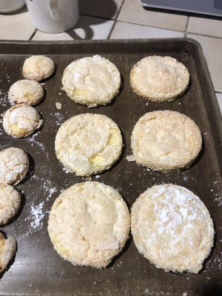 Saupoudrez généreusement les biscuits de sucre glace puis enfournez les biscuits pour 15 minutes de cuisson. Ils doivent être légèrement dorés. Laissez les refroidir totalement.