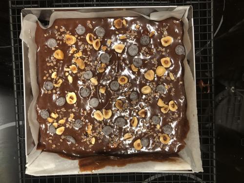 Versez la pâte dans un moule carré de 20x20 cm. Enfournez pour 20 min environ. Les bords doivent être pris et la surface juste ferme pour que le coeur soit mou et fondant.