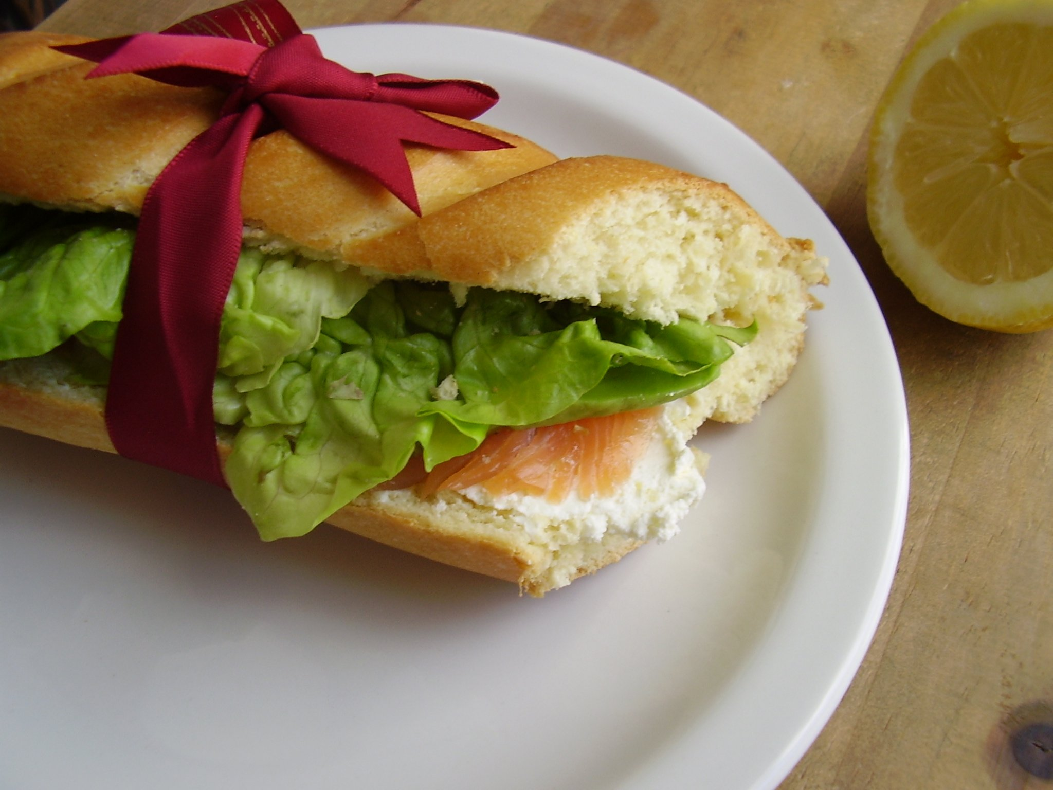 Sandwich viennois au saumon fumé, avocat et filet de citron