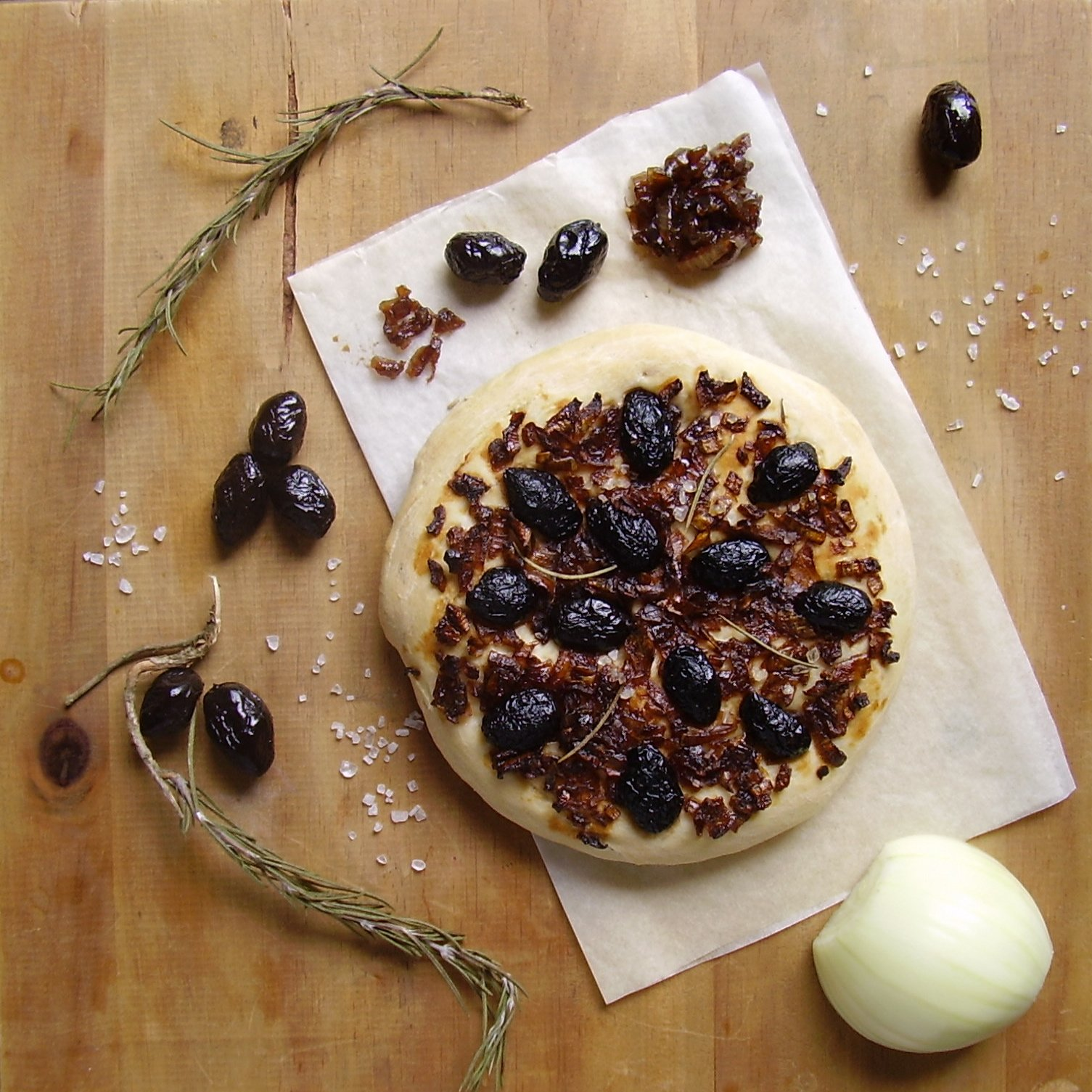 Focaccia aux olives et à l'oignon caramélisé