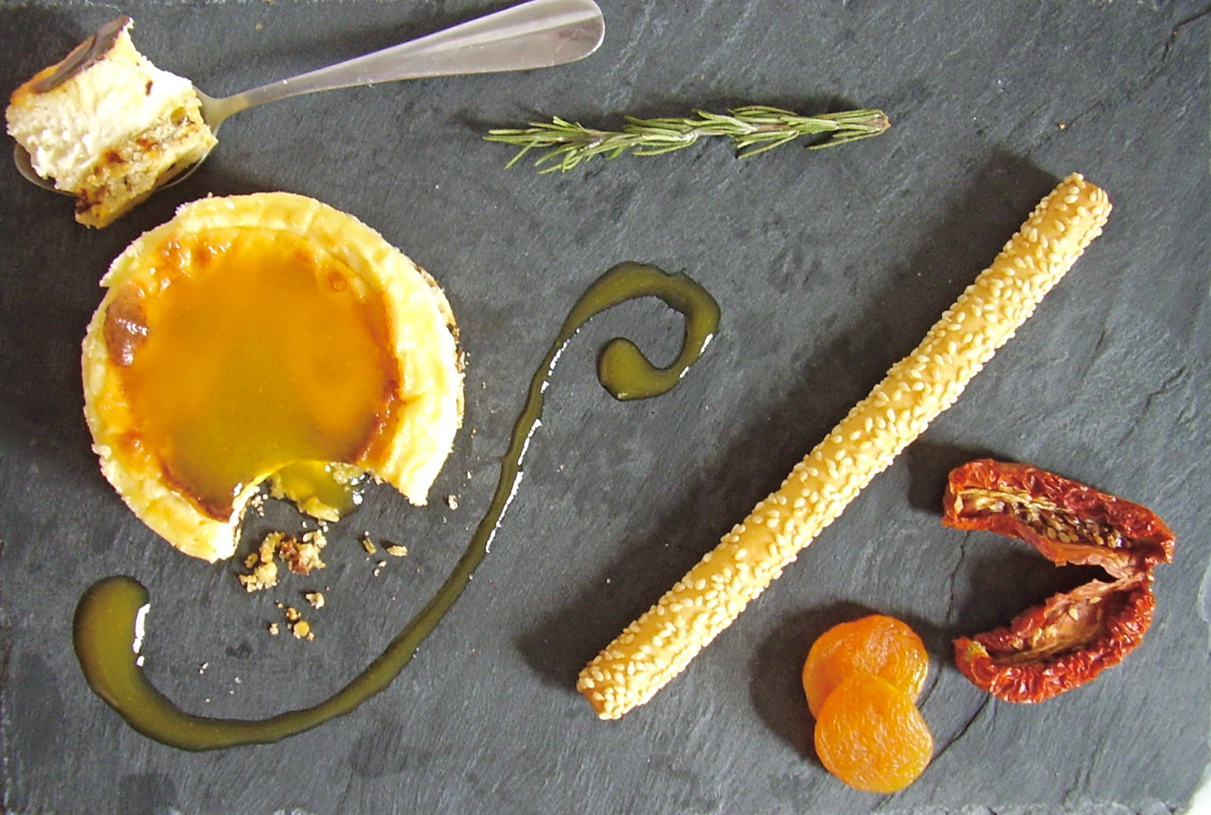 Cheesecake à la tomme de Savoie, base au romarin et tomates séchées, coulis d'abricot