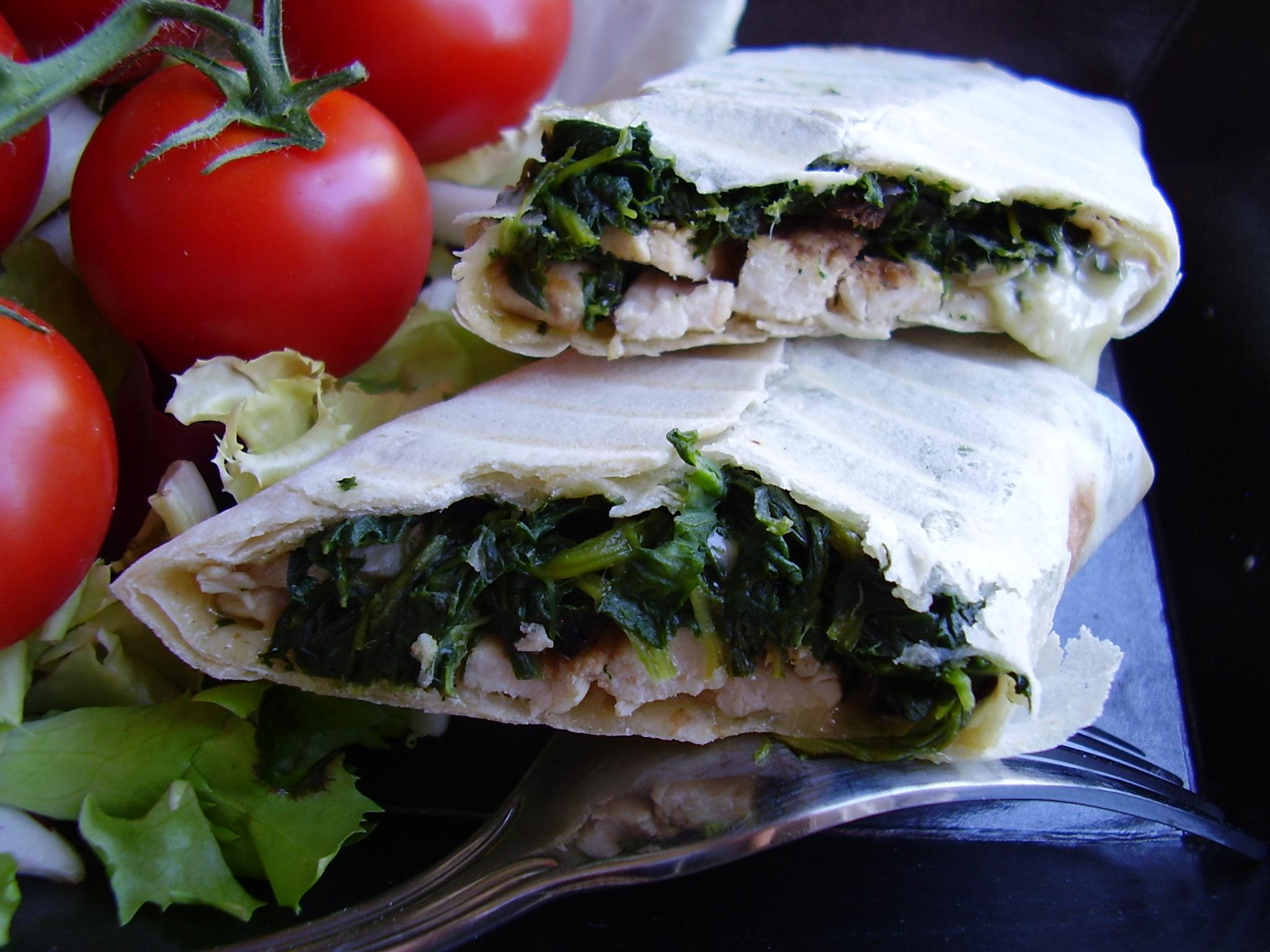 Wrap grec (poulet, feta, épinard) servi chaud