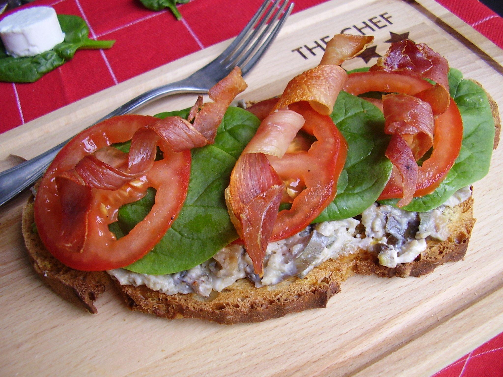 Tartine de caviar d'aubergine au chèvre et torsade de bacon