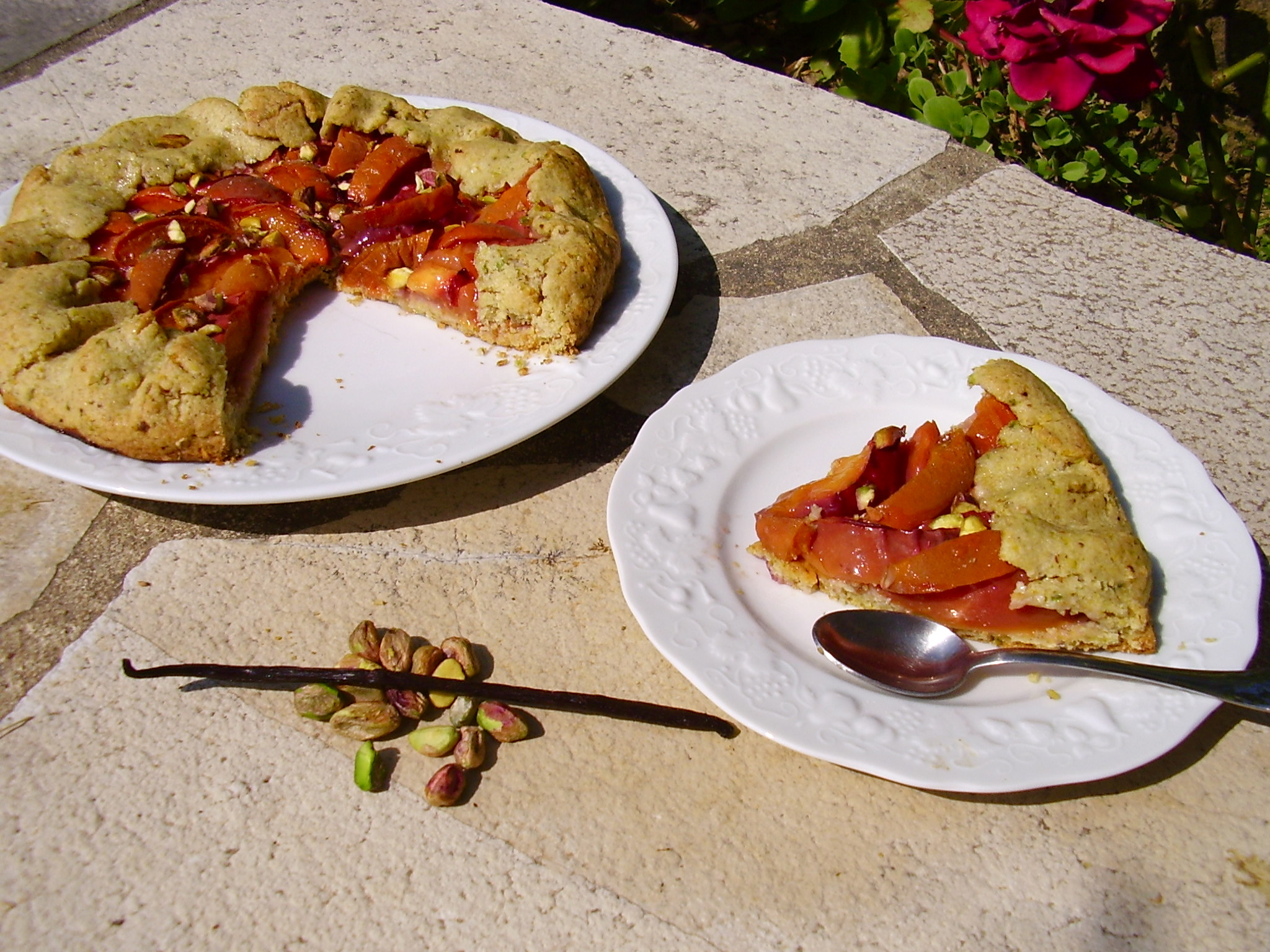 Tarte rustique pêche-abricot à la pistache