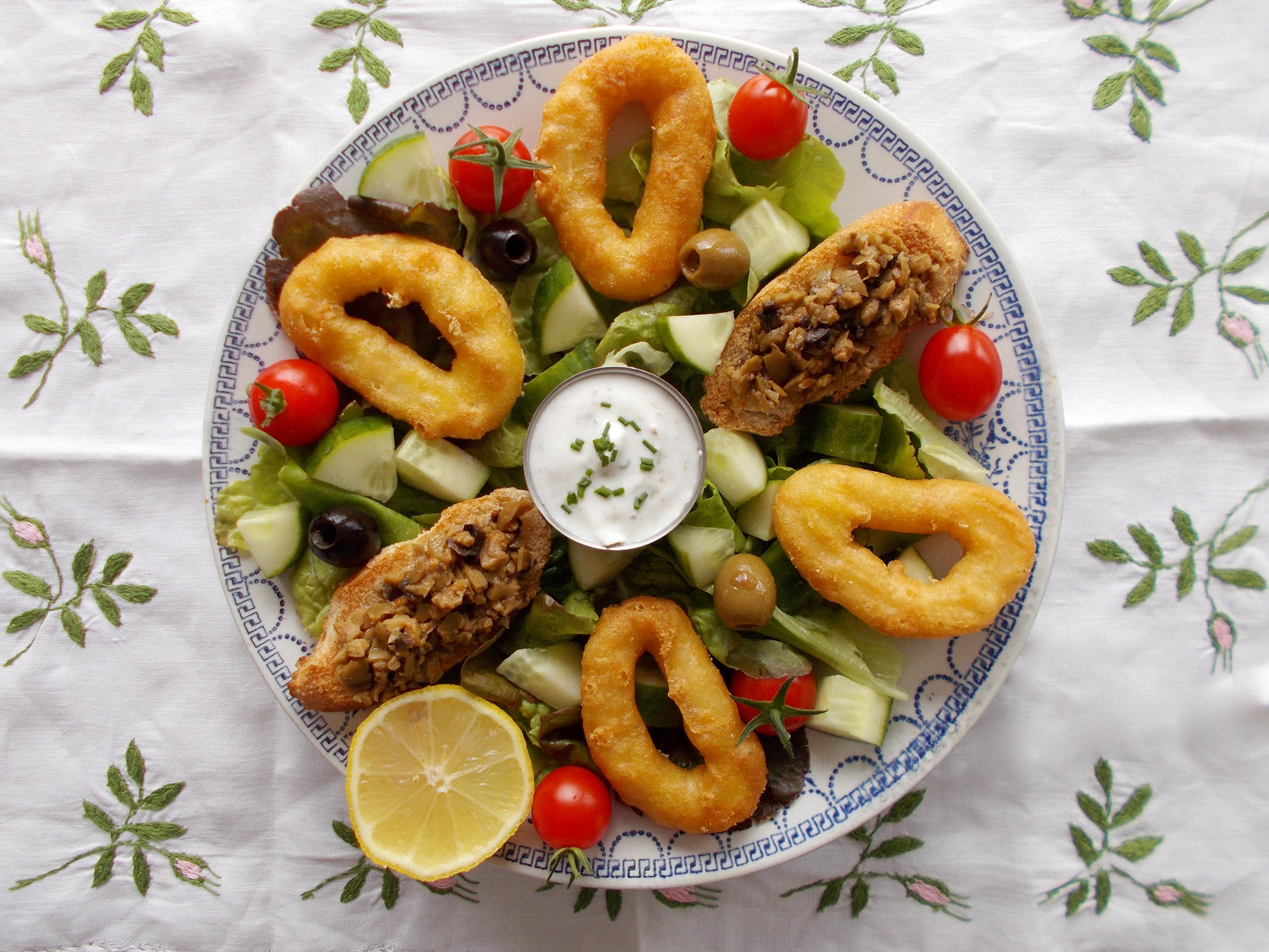 Salade espagnole aux beignets de calamar et tapenade