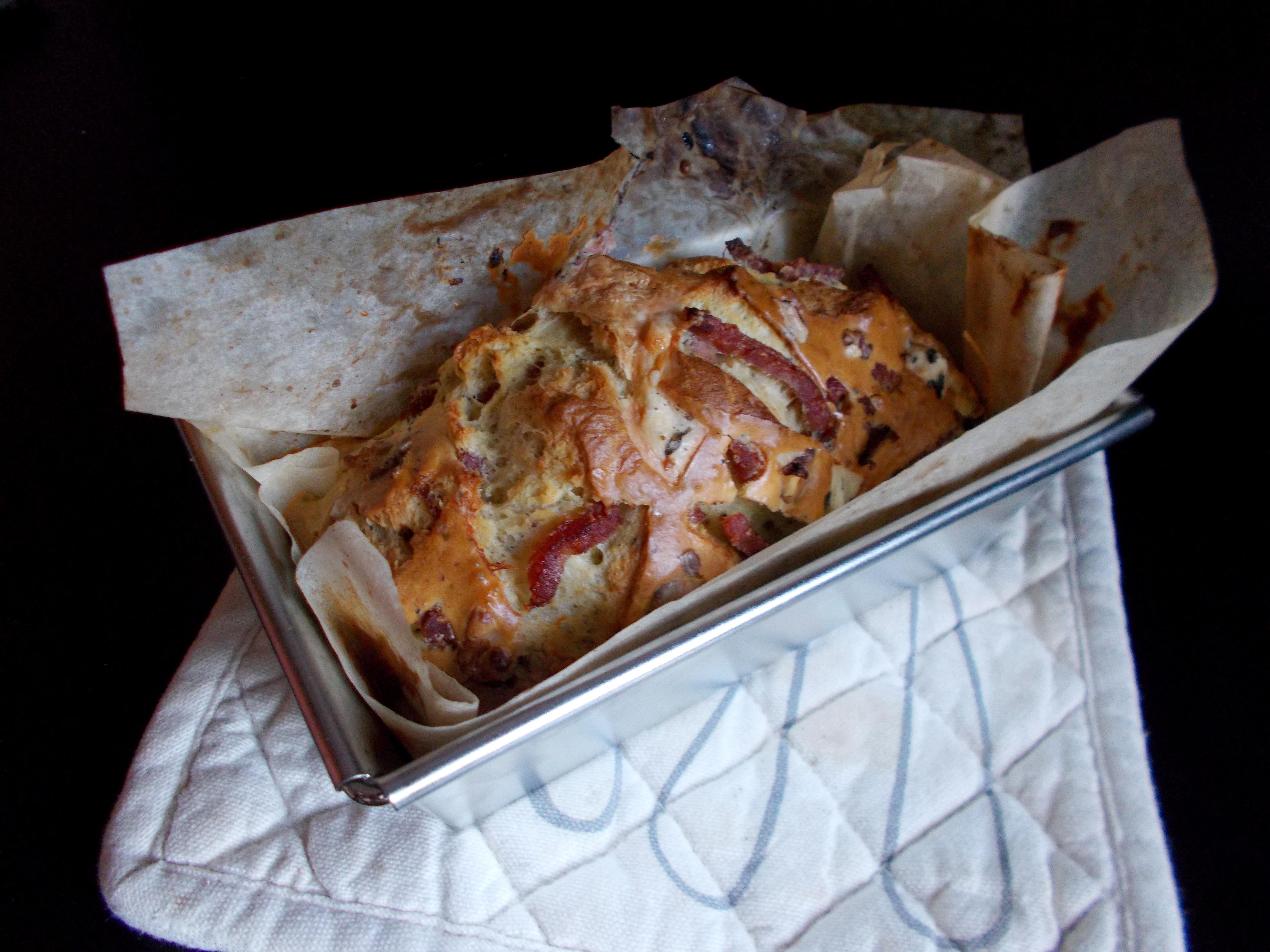 Cake salé fourme d'Ambert-lardon-noix