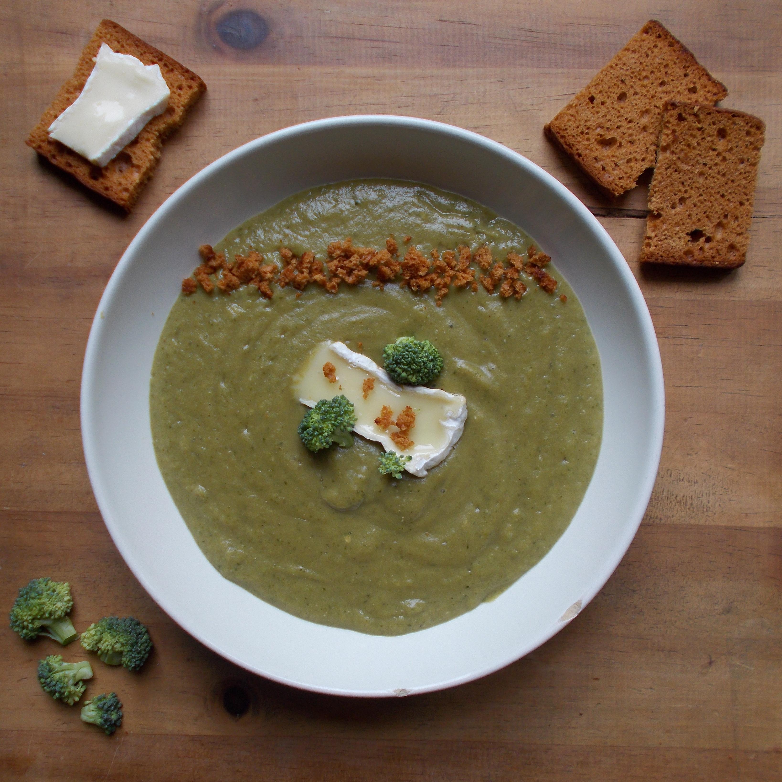 Soupe de brocolis au camembert et pain d'épices