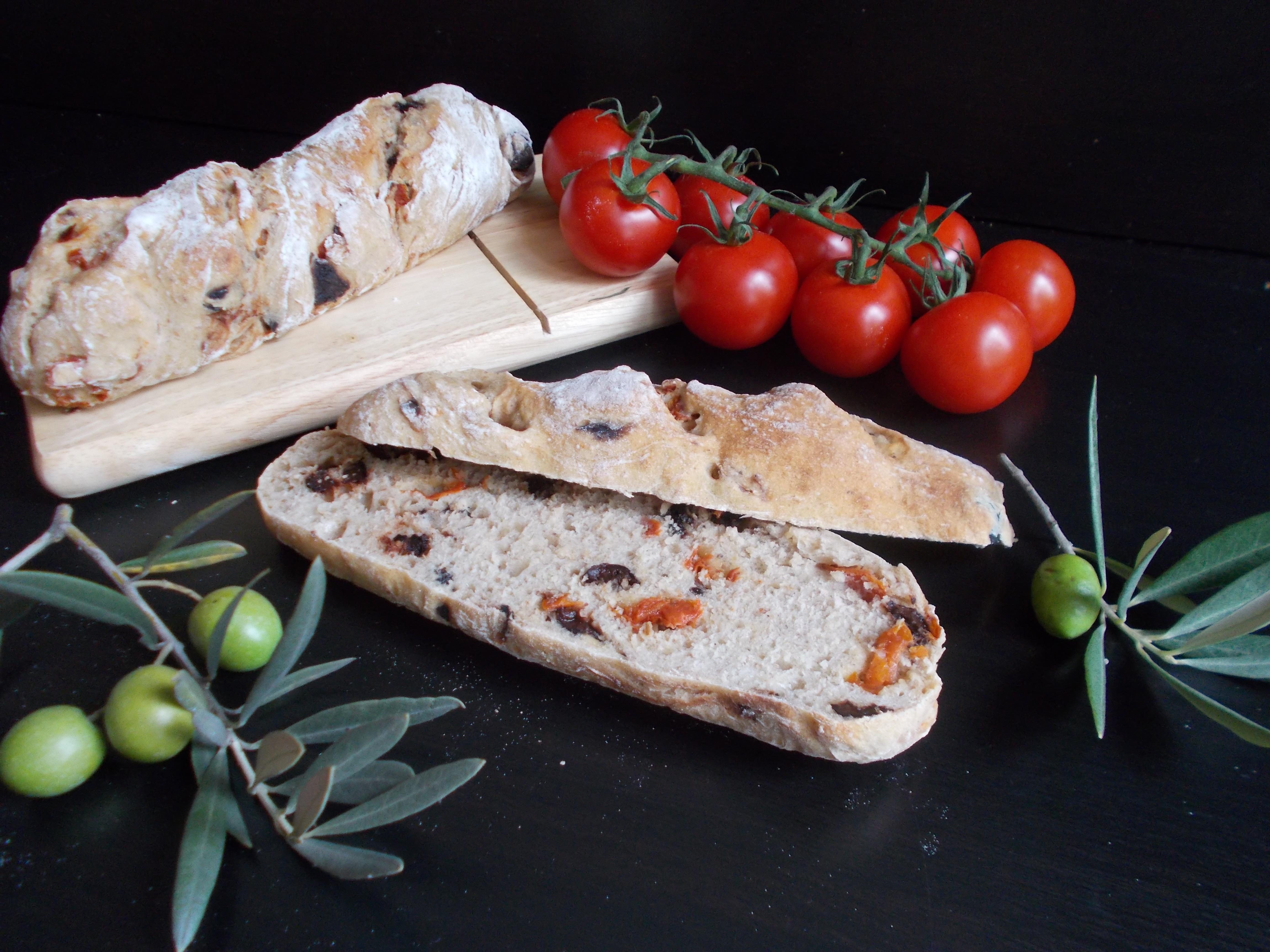 Baguette rustique aux tomates séchées et olives noires