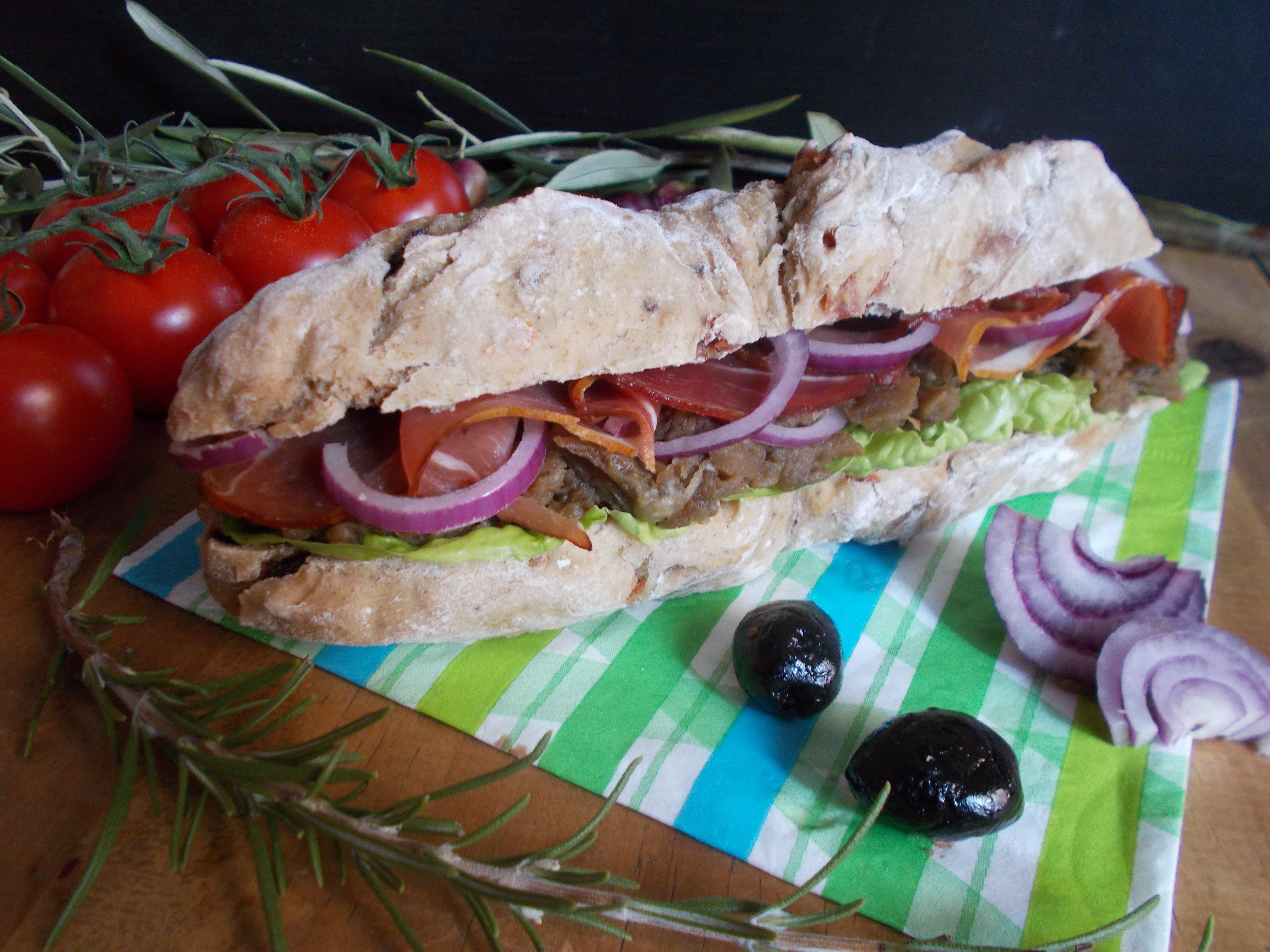 Sandwich à la purée d'aubergine et jambon cru