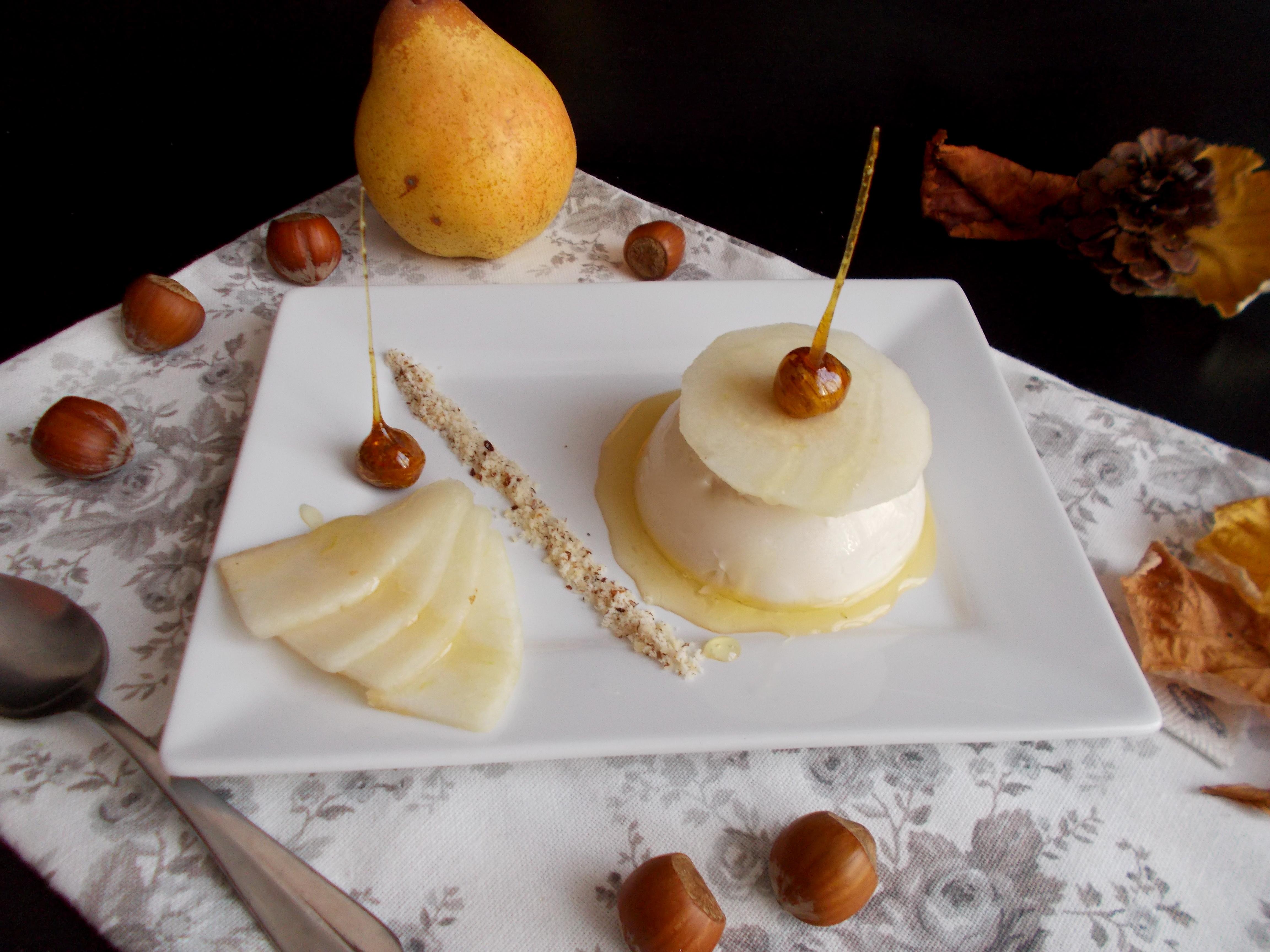 Panna cotta à la noisette et poires pochées au miel