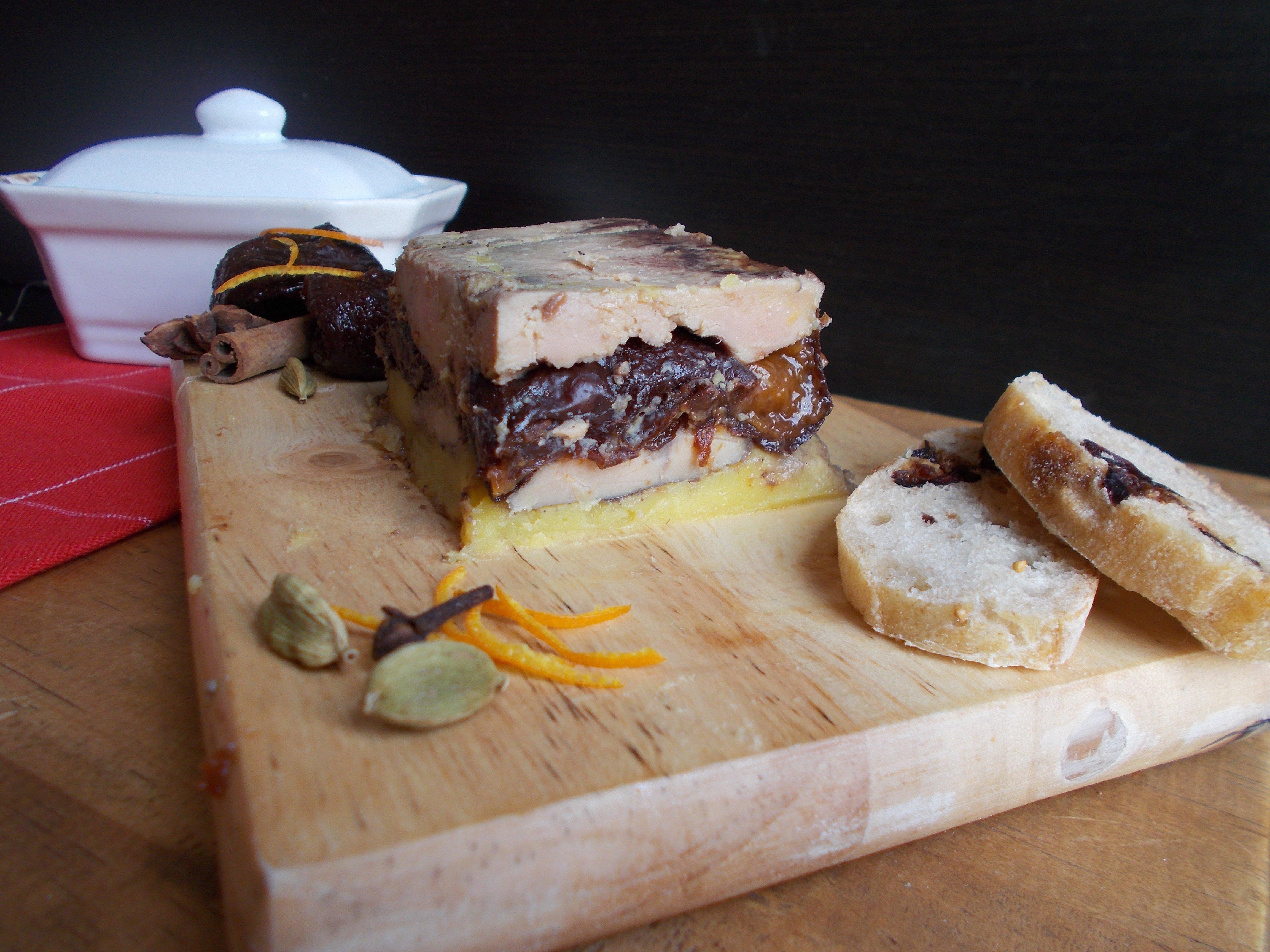Terrine de foie gras aux pruneaux façon vin chaud