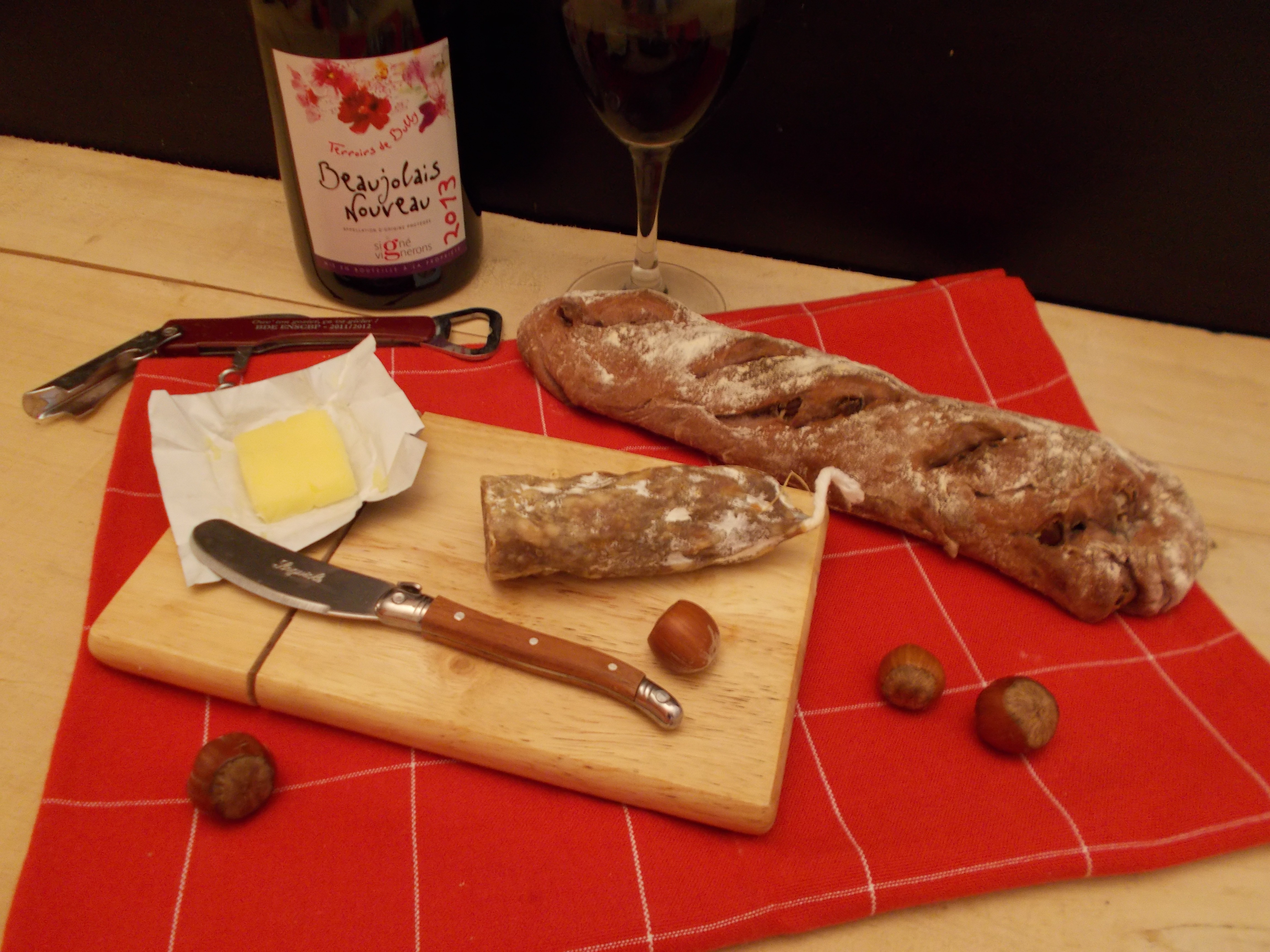 Baguette saucisson et vin rouge
