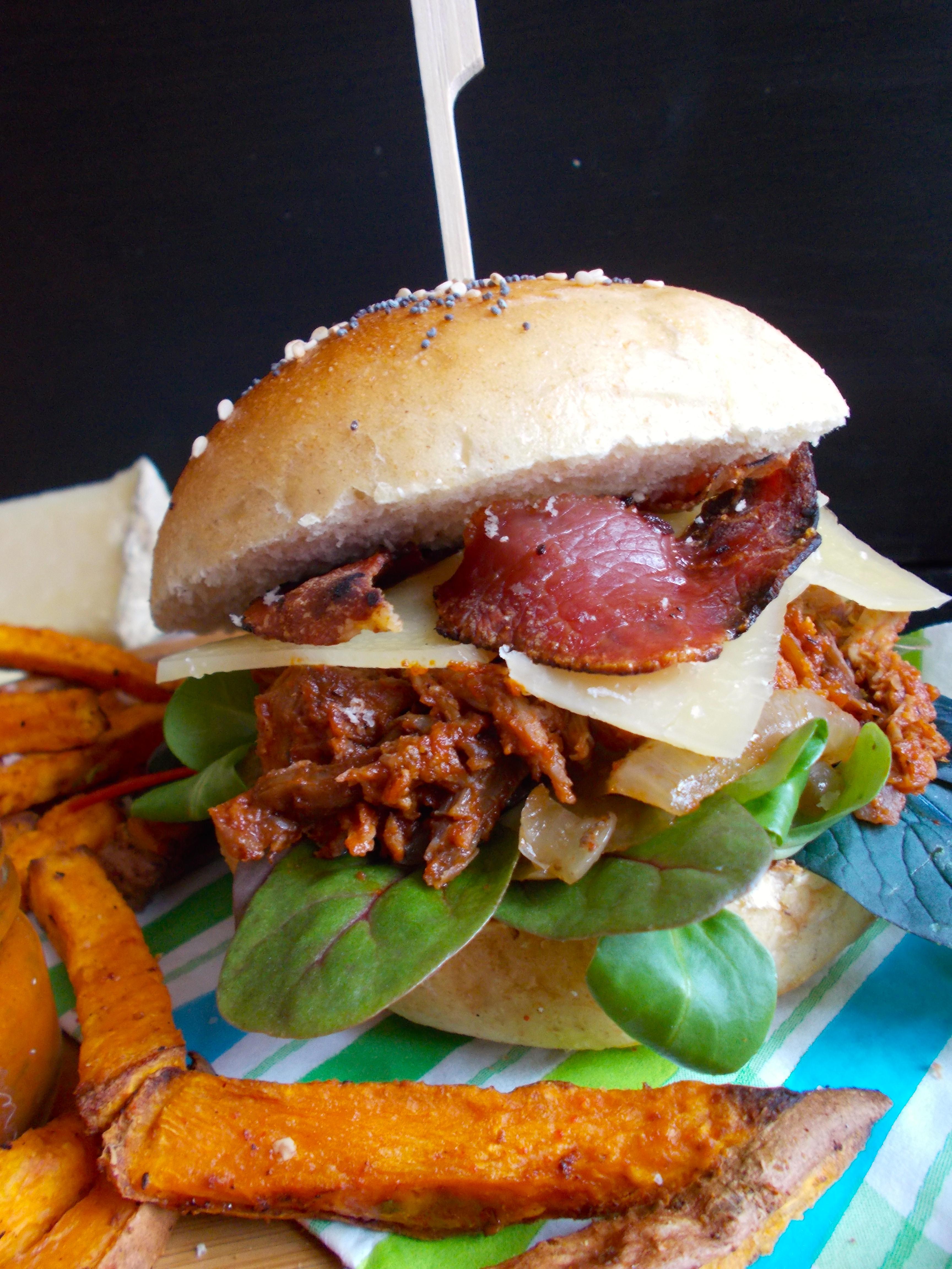 Burger au canard, oignons caramélisés, salers et bacon