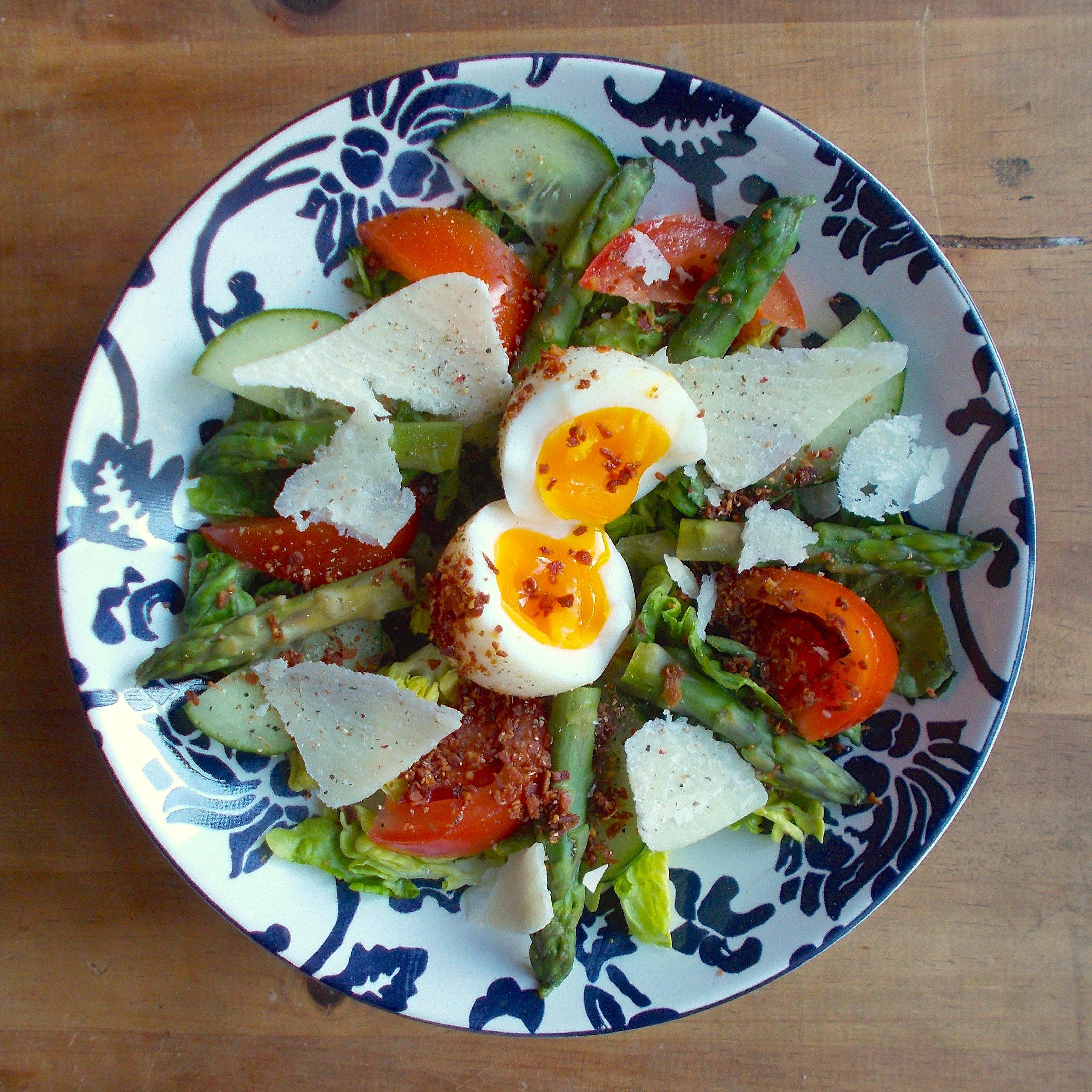Salade gourmande aux asperges et oeuf mollet