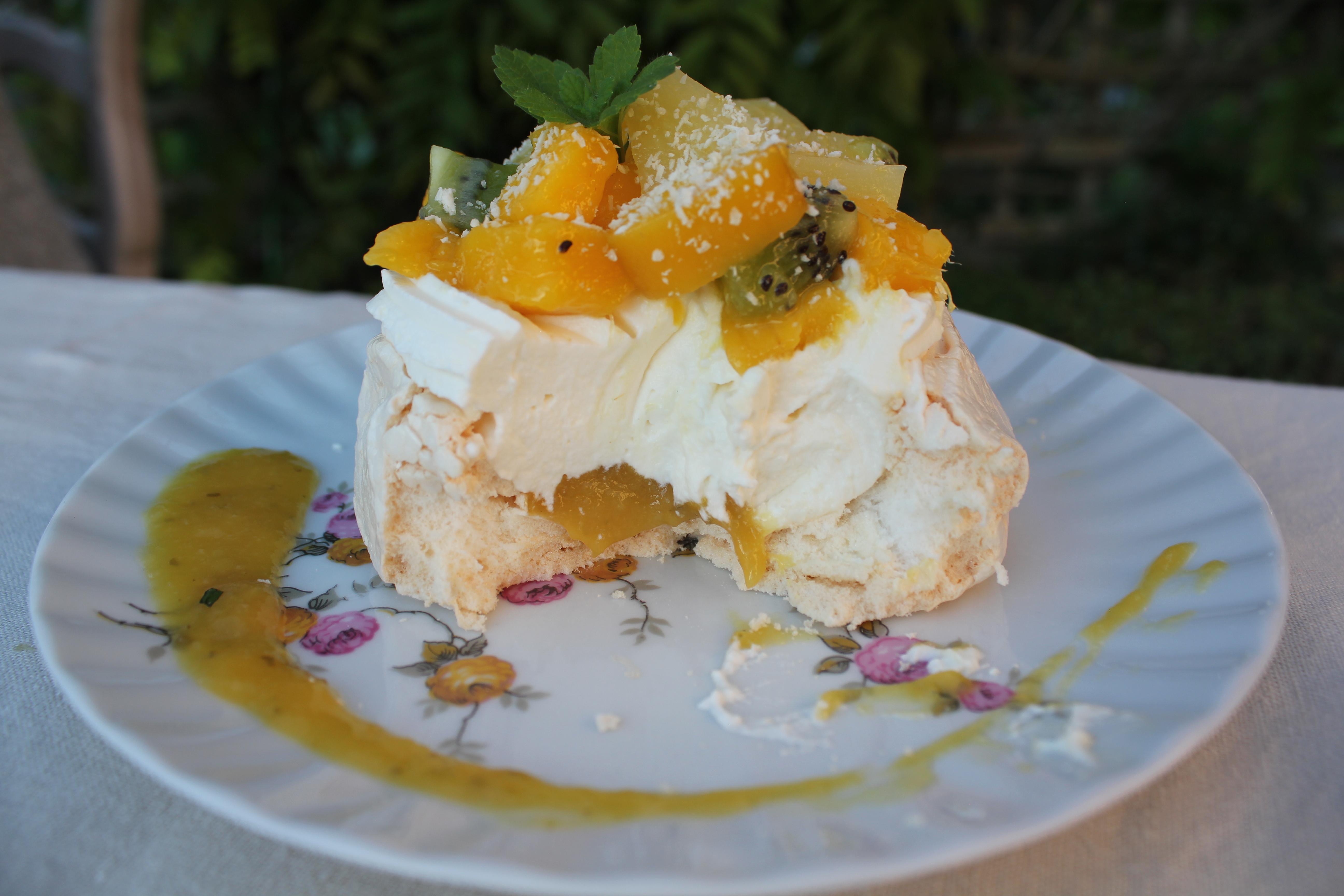 Pavlova mangue-ananas à la citronnelle et noix de coco