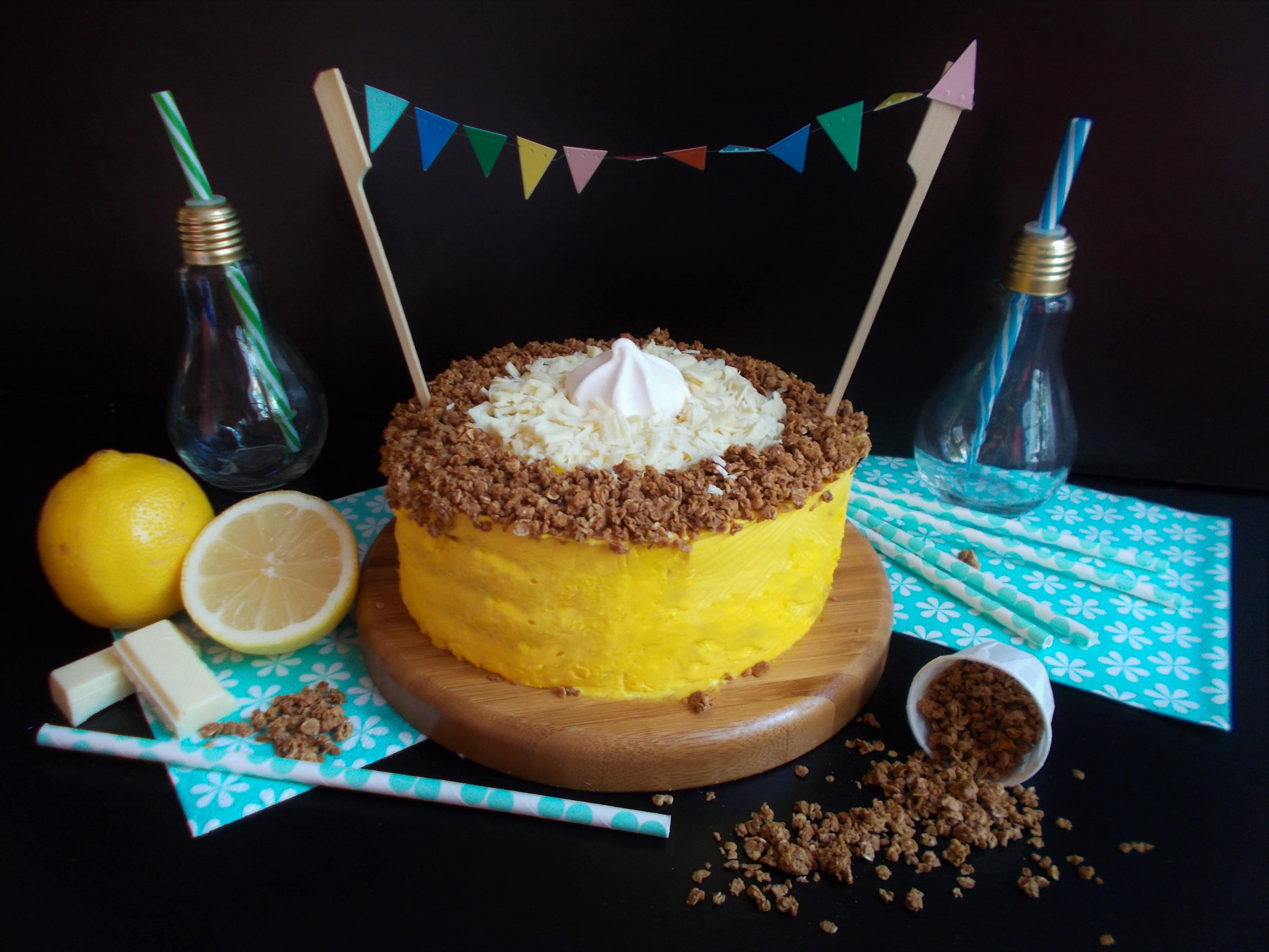 Layer cake au granola, citron et chocolat blanc