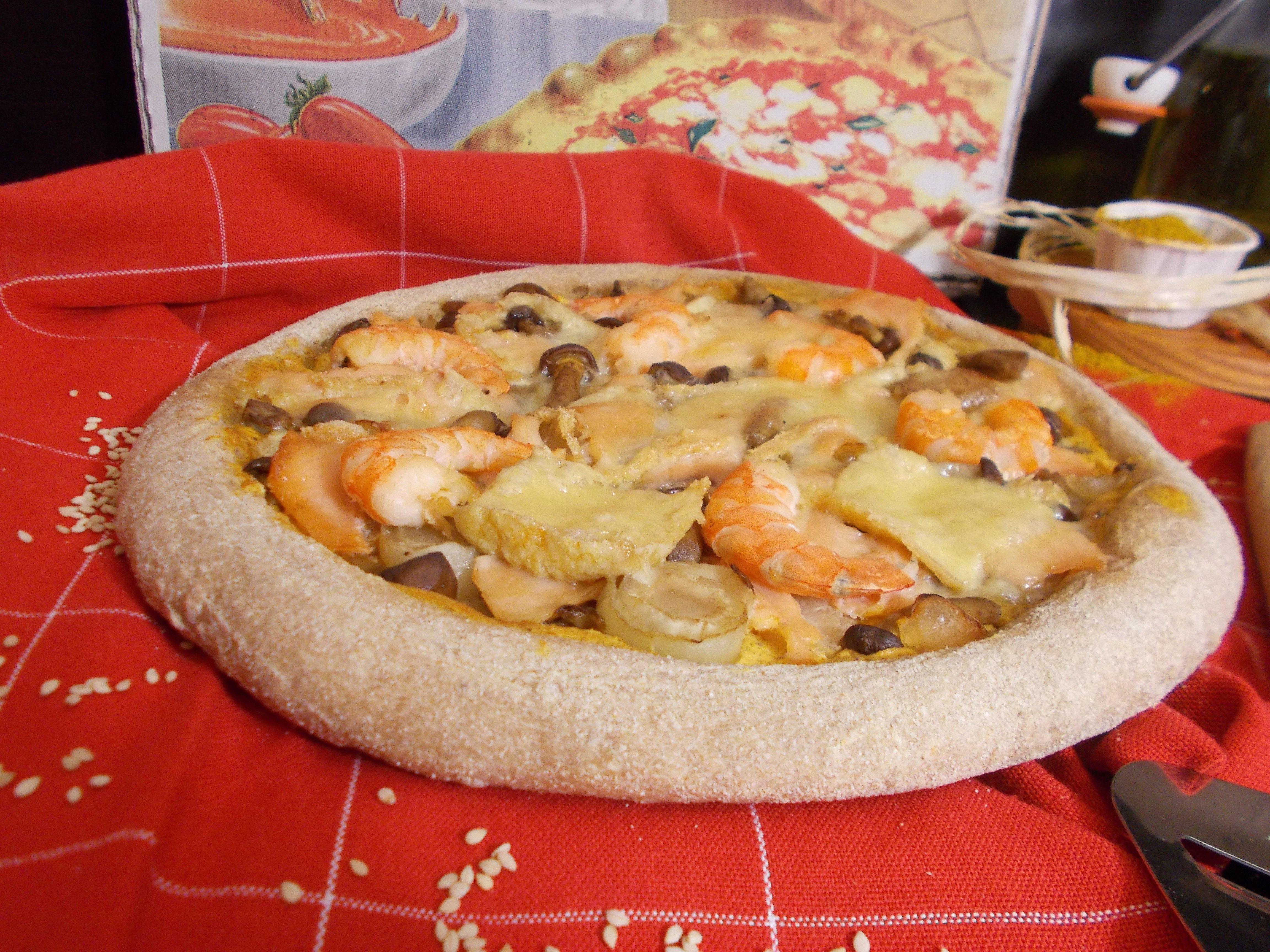 Pizza au saumon fumé, crevette et maroilles au curry
