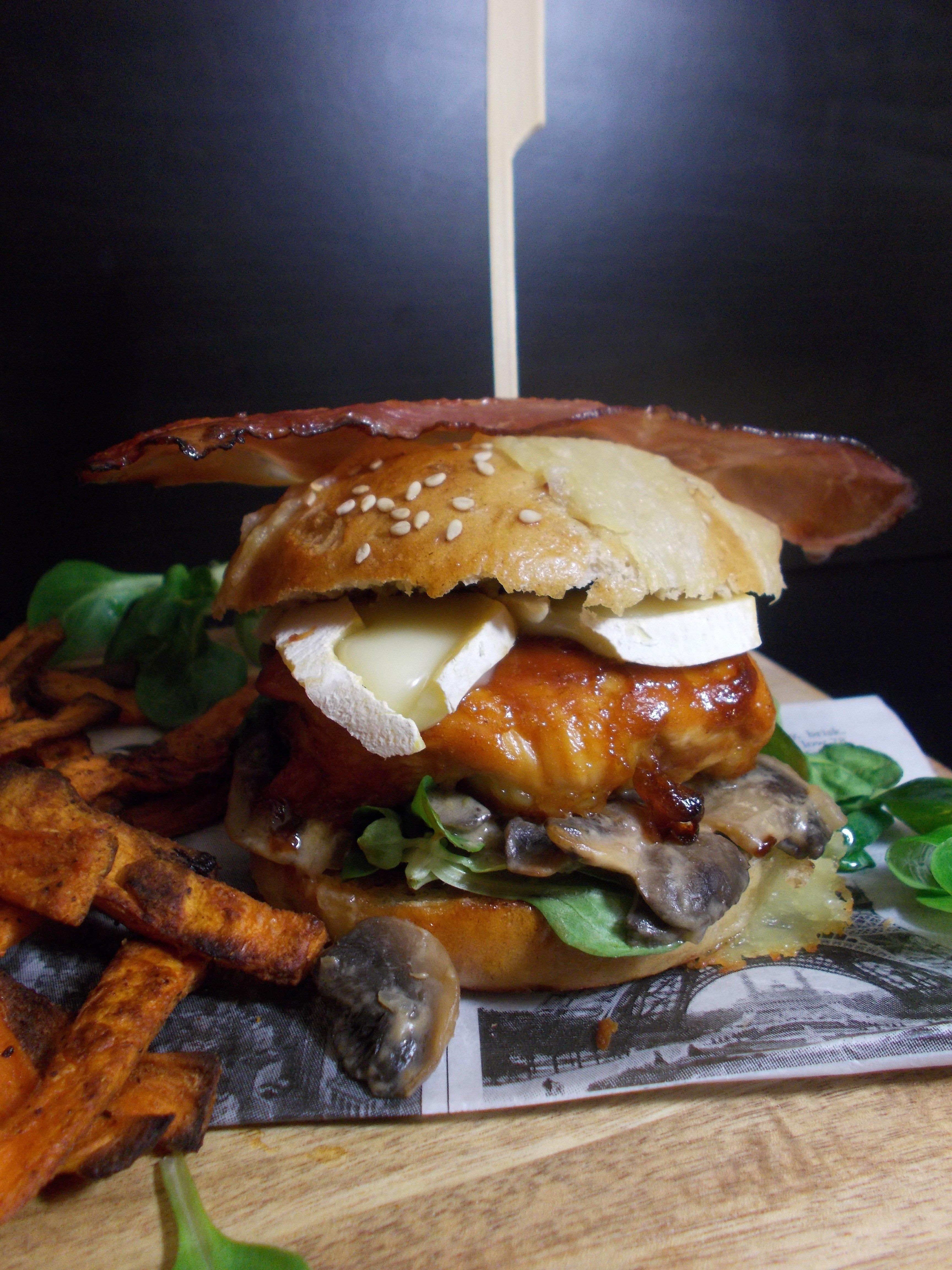 Burger fumé au Mont d'Or et poulet BBQ