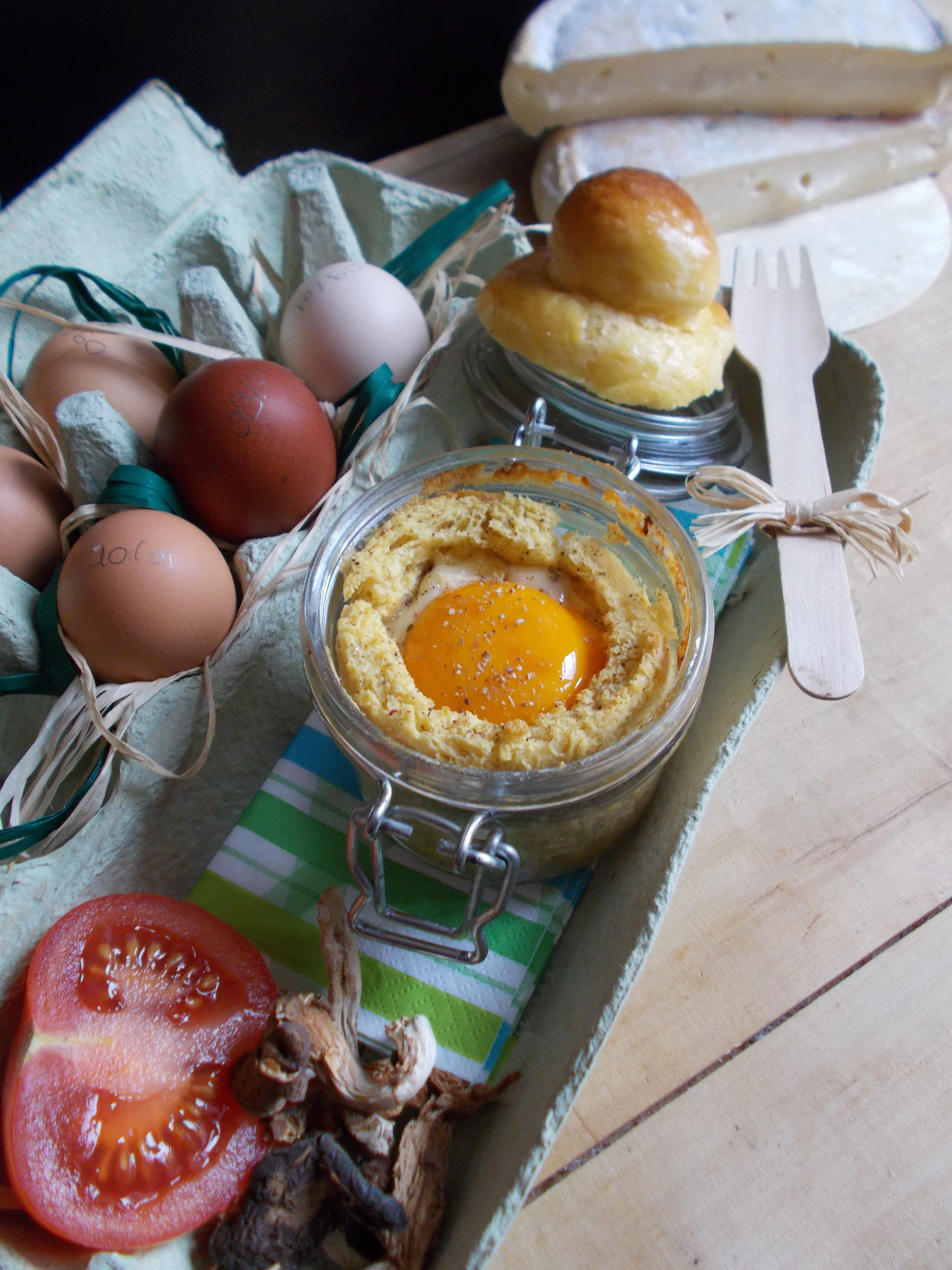 Oeuf cocotte en brioche au reblochon, tomates séchées et cèpes